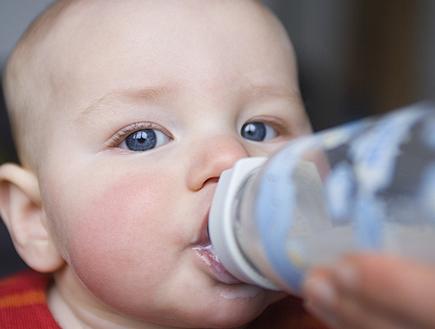 תינוק שותה מבקבוק ומביט למצלמה (צילום: jupiter images ,jupiter images)
