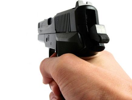 שולף אקדח. צילום הדמיה (צילום: istockphoto ,istockphoto)