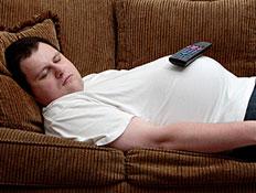 גבר ישן על ספה