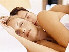 גבר ואישה ישנים