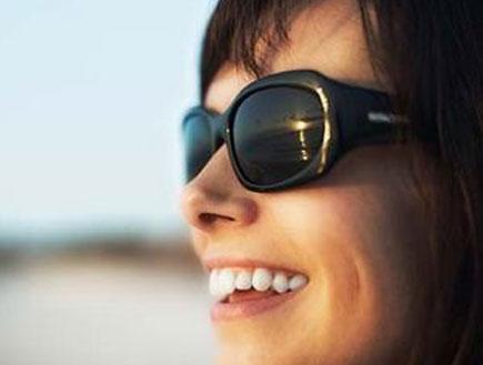 אישה עם משקפי שמש (צילום: jupiter images ,jupiter images)