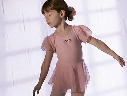 ילדה בורוד רוקדת בלט