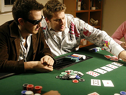 פוקר וקלפים על השולחן