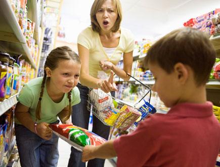 ילדים רבים על שקית אוכל ואישה צועקת ברקע (צילום: jupiter images ,jupiter images)