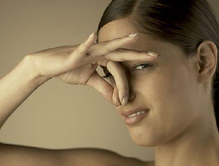 אישה סותמת אף (צילום: jupiter images ,jupiter images)