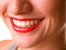 פה מלא שיניים של בחורה מחייכת עם אודם