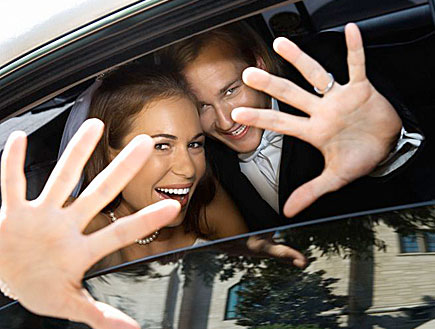חתן כלה ברכב מסתתרים מאחורי הידיים (צילום: jupiter images ,jupiter images)