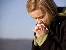 יהיה בסדר-אישה בלונדיני מחזיקה ידיים כמו מתפללת