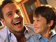 אבא ובן מכינים בצק לסופגניות וצוחקים