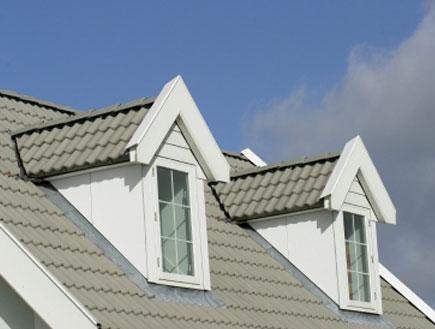 שני חלונות של עליית גג עם רעפים כחולים וברקע שמיים (צילום: istockphoto ,istockphoto)