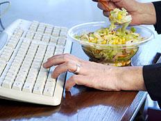 אוכלים מול המחשב