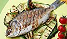 דג דניס בגריל על מצע של זוקיני ועגבניות שרי