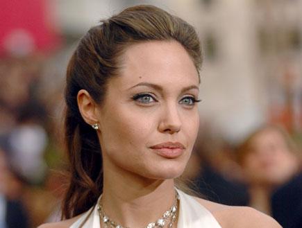 אנג'לינה ג'ולי בשמלה לבנה עונדת יהלומים