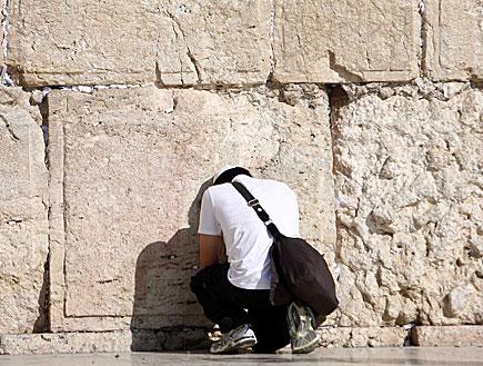 מתפלל בכותל המערבי (צילום: עודד קרני ,mako)