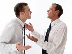 שני גברים בלבן עם עניבה מדברים עם הידיים