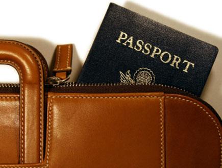 דרכון מתןך תיק נסיעות