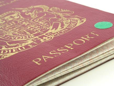דרכון אדום על רקע לבן