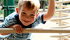 יום כיף: ילד מציץ מבעד לברזלים של מתקנים בגן שעשוע (צילום: Steve Debenport, Istock)