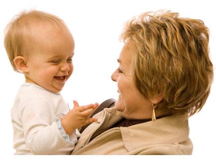 אישה מבוגרת בפרופיל מרימה תינוק מחייכים