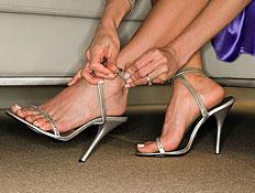 קלואז אפ של סנדלי עקב כסופות על רגלי אישה