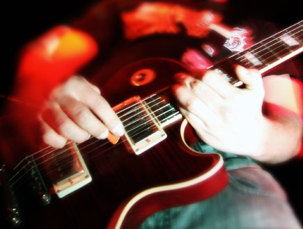 מוזיקה בדבלין-מבט של ידיים מנגנות בגיטרה (צילום: SXC ,SXC1)