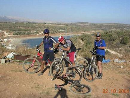 טיולים בצפון: שלושה רוכבי אופניים במסע מים לים