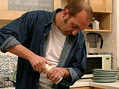 גבר מבשל במטבח