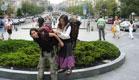 בחור ובחורה נושאים תיקים בפראג (צילום: סתיו שפיר)