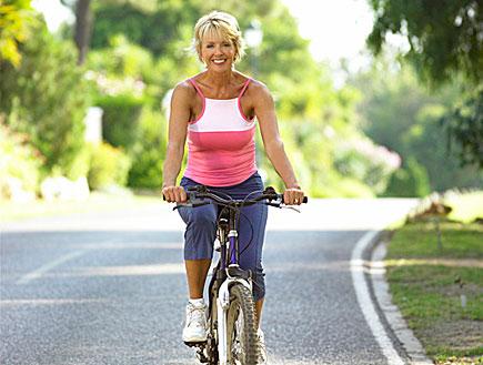 אישה על אופניים