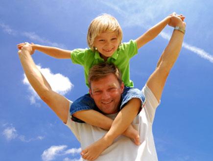 אבא מרים ילד בלונדיני על הכתפיים (צילום: istockphoto ,istockphoto)