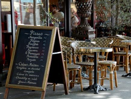 תפריט בכניסה לבית קפה בפריס