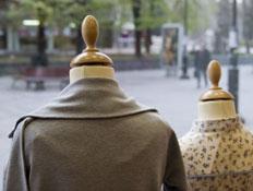 בגדים על בובות בחלון ראווה