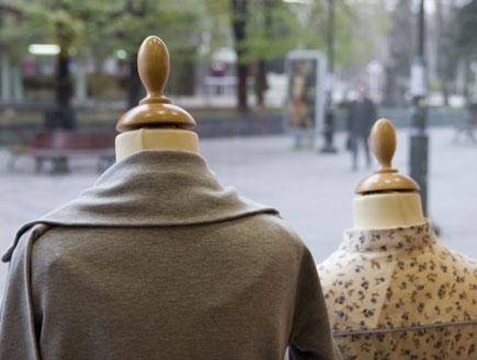 בגדים על בובות בחלון ראווה(ShutterStock)