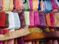 בדים בשלל צבעים בשוק