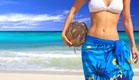 בחורה בביקיני לבן עם קוקוס ביד על חוף אקזוטי (צילום: ShutterStock)