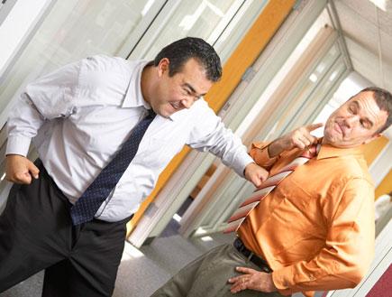 שני פקידים הולכים מכות במשרד (צילום: jupiter images ,jupiter images)