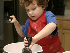 ילד מבשל
