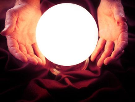 ידיים חובקות כדור בדולח מואר (צילום: mako  ,iStock)
