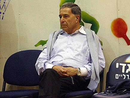 שמעון מזרחי יושב באיפוק (צילום: עודד קרני ,2 mako)