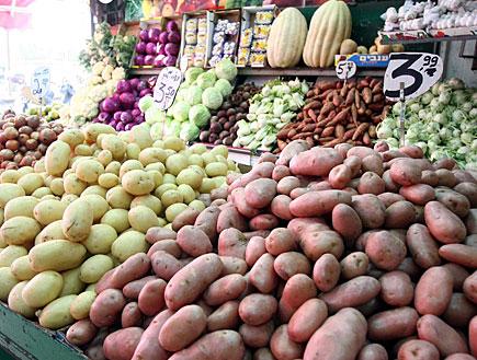 תפוחי אדמה בחנות ירקות (צילום: עודד קרני)