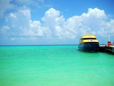 ספינה צהובה על מי טורקיז בריביירה מאיה(mako)