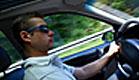 גבר נוהג במכונית (צילום: Allisija, Istock)