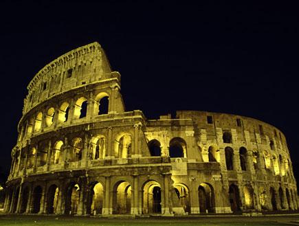 הקולוסיאום ברומא בחושך