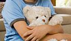 ילד עצוב עם דובי - אילוסטרציה(pixland)