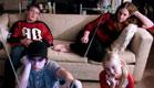 4 ילדים צופים בטלויזיה בסלון(istockphoto)