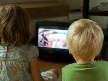 ילד וילדה צופים בטלויזיה (צילום: istockphoto ,istockphoto)