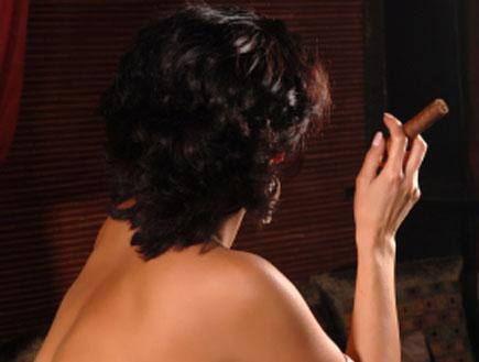 אישה  מעשנת סיגר (צילום: istockphoto)