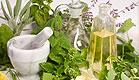 עשבי תיבול, מכתש ועלי, בקבוקי שמן זית ומיץ לימון (צילום: istockphoto)