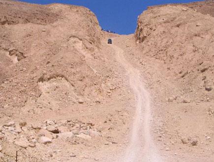 ג'יפ מטפס בשביל בקטורה