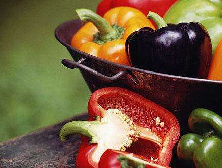 דיאטה ותזונה - קערה עם פלפלים בכל מיני צבעים (צילום: Thinkstock ,Thinkstock)